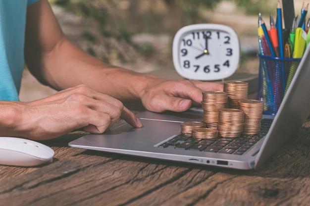 Ganhe dinheiro online através de um notebook.