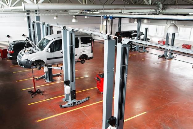 Garagem com carros de serviço