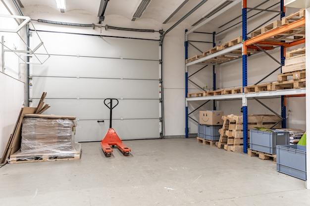 Garagem com espaço de armazenamento em um edifício industrial moderno