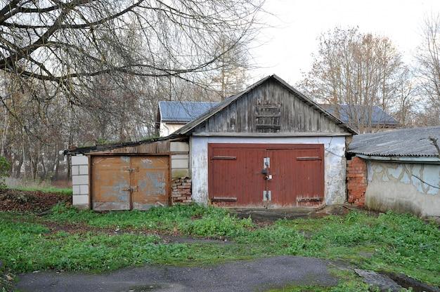 Garagem de madeira velha em narva, estônia