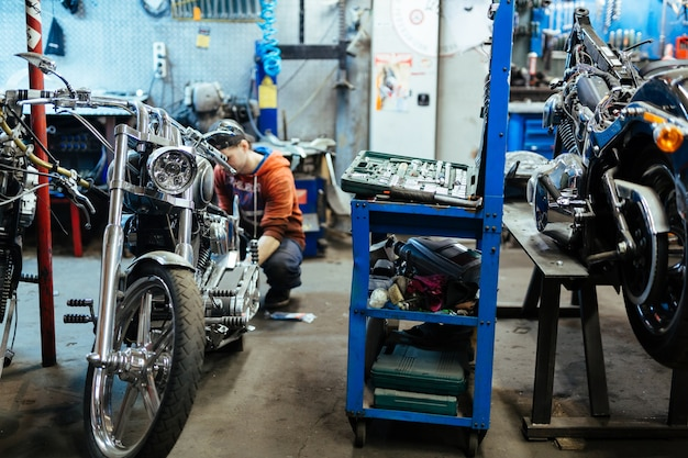 Garagem de motocicletas em reparos