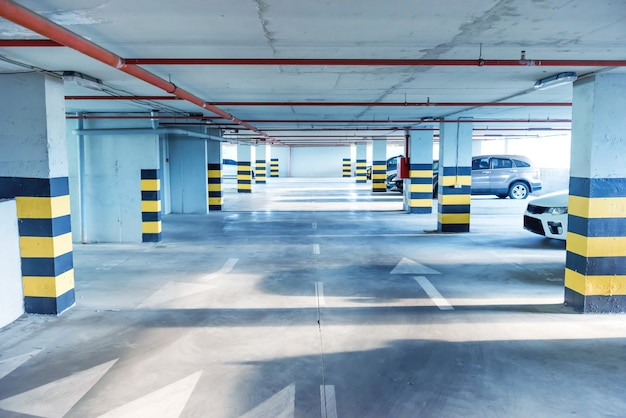 Garagem subterrânea com muitos carros