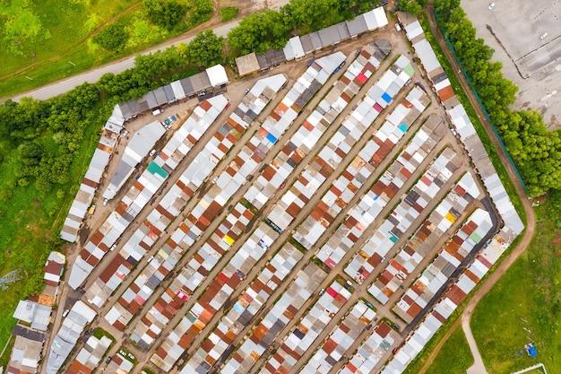 Garagens na periferia da cidade tomadas de cima por um drone