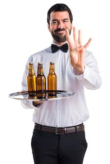 Garçom com garrafas de cerveja na bandeja contando quatro