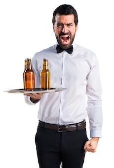 Garçom com garrafas de cerveja na bandeja gritando