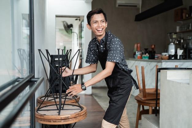Garçom de café levantou uma cadeira