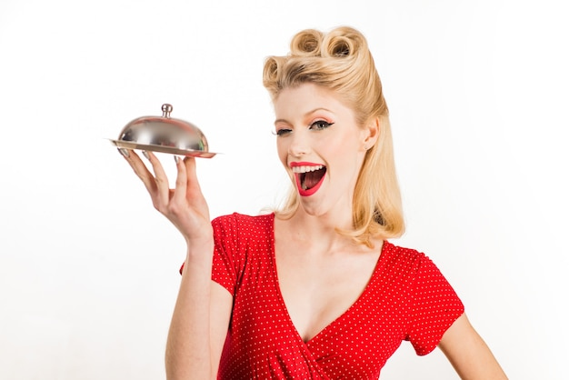 Garçom de catering do restaurante. garota pin-up com bandeja de serviço. servindo o conceito de apresentação.