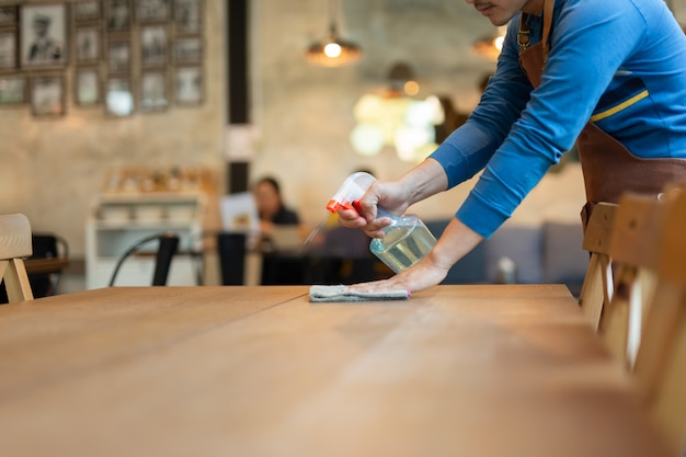 Garçom de limpeza de uma mesa