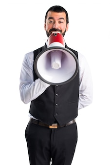 Garçom de luxo gritando por megafone