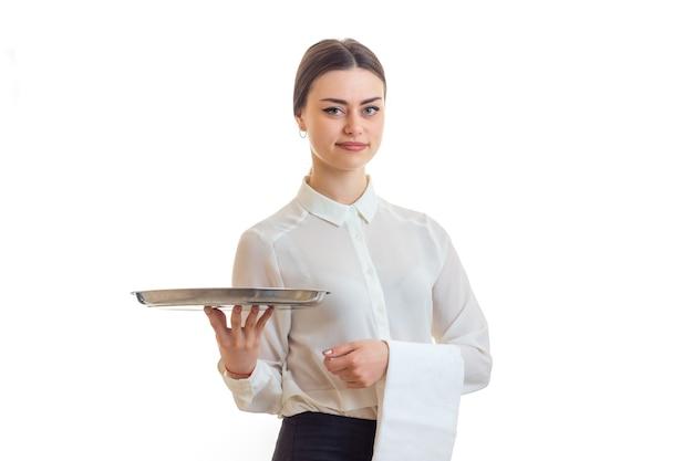 Garçom de mulher bonita com uma bandeja nas mãos, isolado no branco