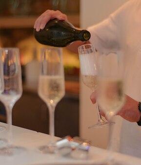 Garçom de restaurante servindo champanhe