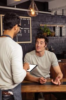 Garçom e cliente falando