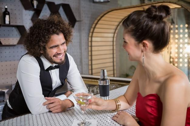 Garçom, interagindo com a mulher bonita