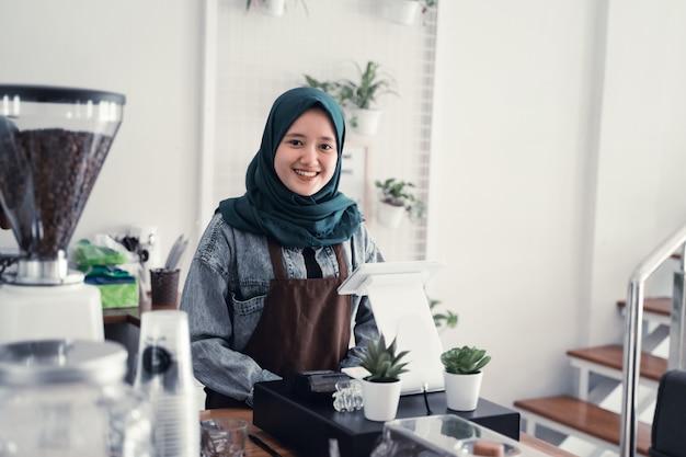 Garçom muçulmano no balcão de café