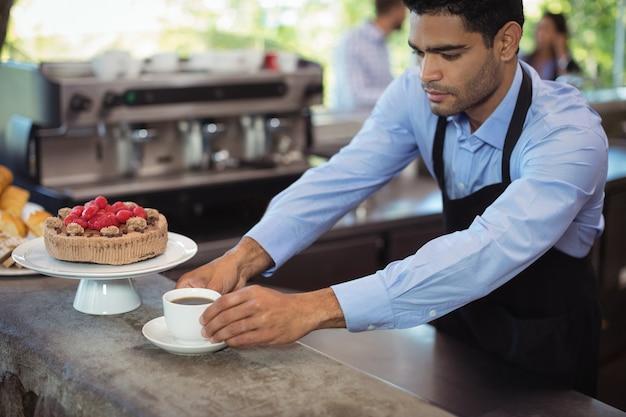 Garçom servindo café no balcão