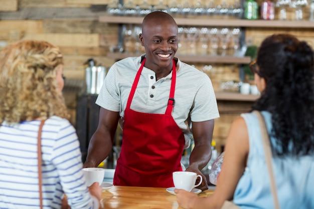 Garçom, servindo café, para, cliente feminino