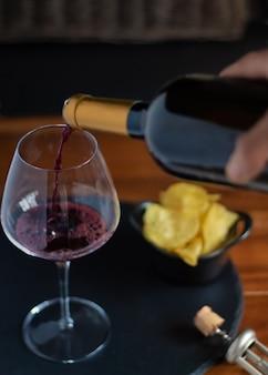 Garçom servindo taça de vinho em bar