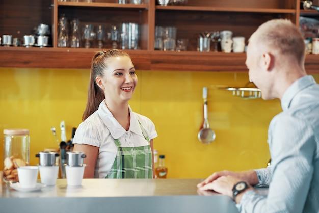 Garçonete conversando com o cliente