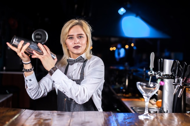 Garçonete cria um coquetel na brasserie
