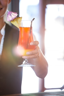 Garçonete, entregar cocktails