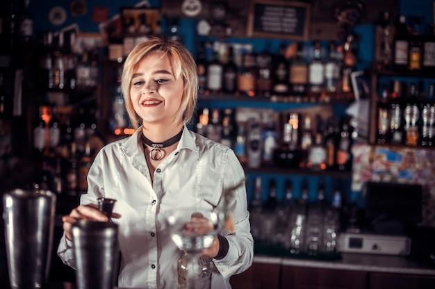 Garçonete especialista em barman demonstra suas habilidades no balcão