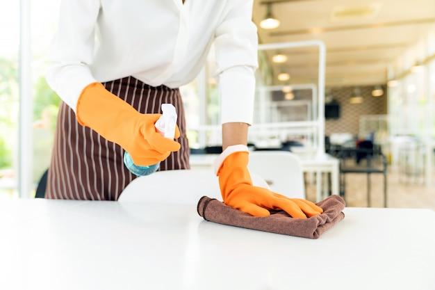 Garçonete, limpeza de mesa, novo conceito normal de restaurante