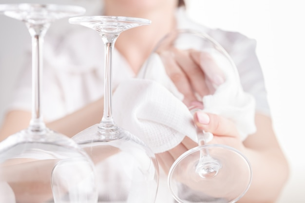 Garçonete polir os copos