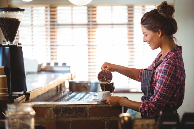 Garçonete, preparando um café