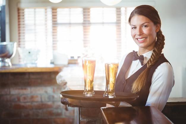 Garçonete, segurando cervejas