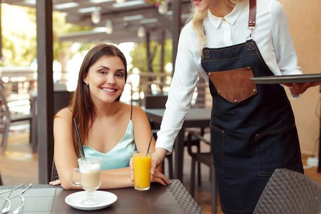 Garçonete, servidor, ajudando, cliente, em, café