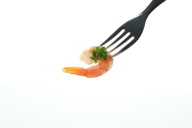 Garfo com camarão isolado no branco