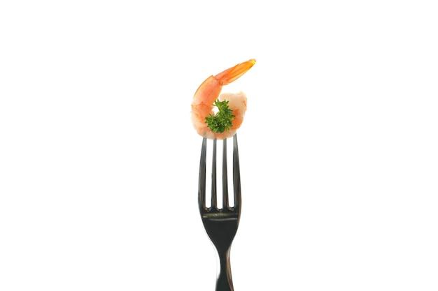 Garfo com camarão isolado no fundo branco
