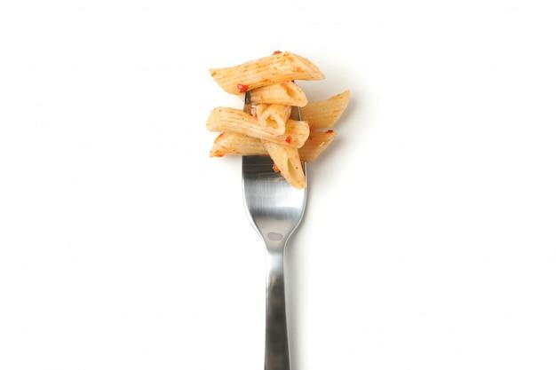 Garfo com saboroso macarrão isolado