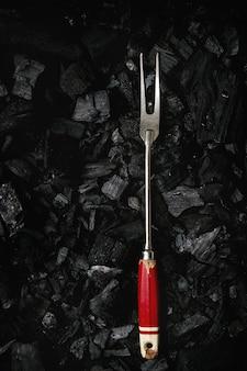 Garfo de churrasco no carvão