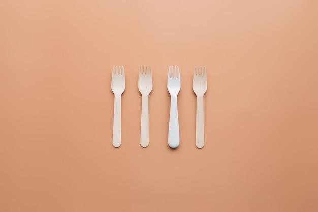 Garfo de madeira ecológico para comida take-away. resíduos zero e conceito de reciclagem. foto de alta qualidade