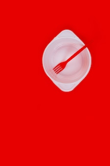 Garfo de prato vazio isolado de plástico branco