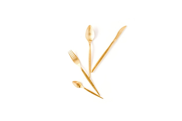 Garfo dourado, colher, faca isolada no branco