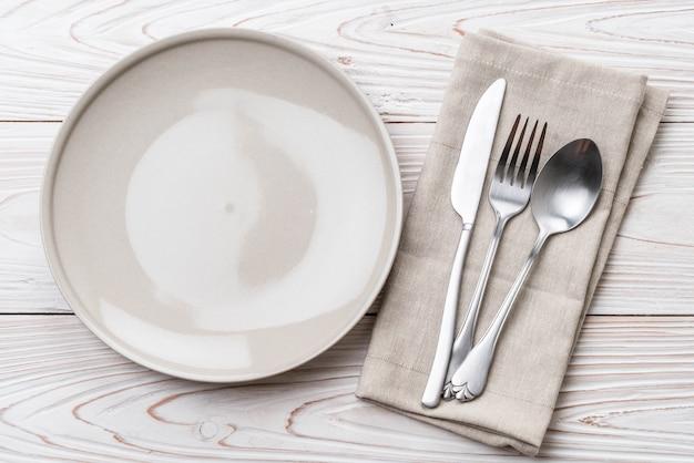 Garfo e faca de colher prato vazio