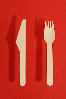 Garfo e faca de madeira descartáveis