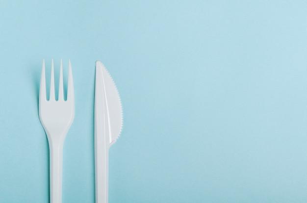 Garfo e faca descartáveis brancos de plástico.