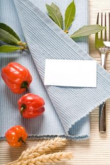 Garfo e vegetabels no guardanapo azul