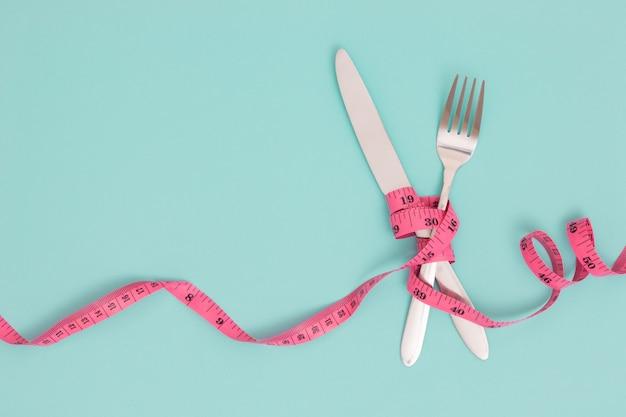 Garfo, faca e fita métrica. conceito de dieta.