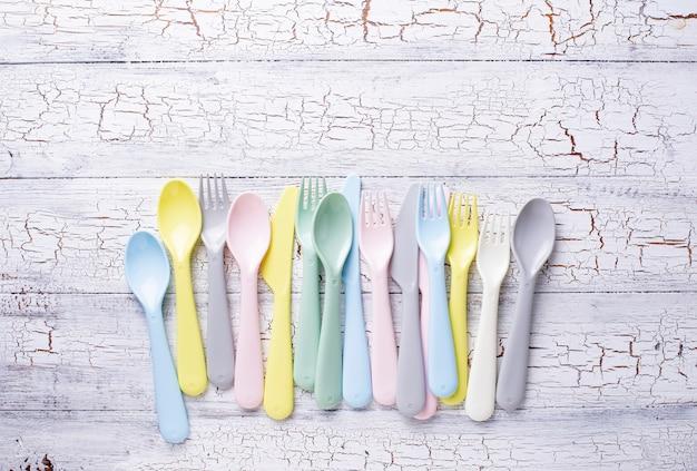 Garfos de plástico coloridos, colheres e facas