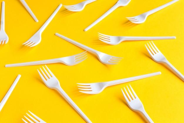 Garfos descartáveis de plástico branco