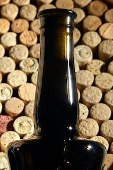 Gargalo de garrafa de vinho tinto com rolha sobre rolhas de garrafas usadas