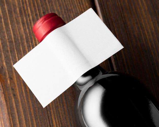 Gargalo de vinho transparente com rótulo em branco