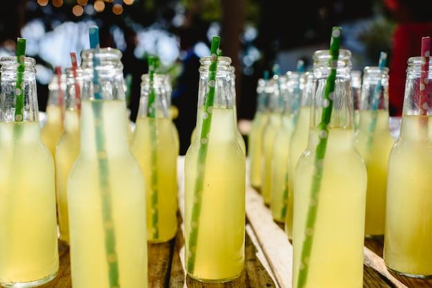 Gargalos com limonada no frasco de vidro.