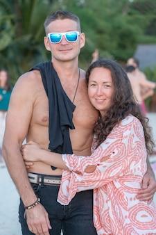 Garota abraçando um cara em uma praia tropical na tailândia, fecha o retrato