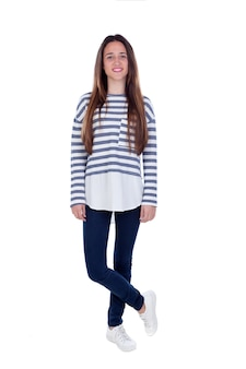 Garota adolescente de retrato completo com t-shirt listrada