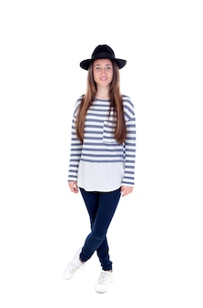Garota adolescente de retrato completo com um chapéu preto e camiseta listrada